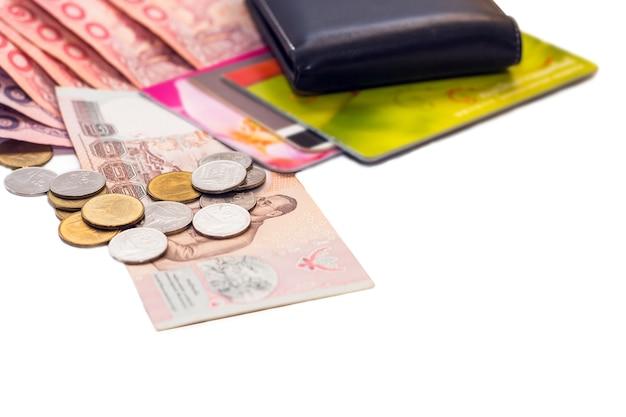Thailändische banknoten und taschenrechner auf weißem hintergrund Premium Fotos