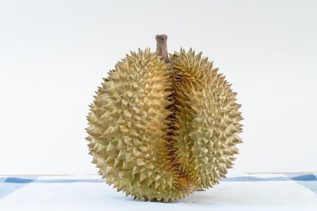 Thailändische durianfrucht auf dem holztisch mit dem leeren abschluss des schwarzen brettes oben. Premium Fotos