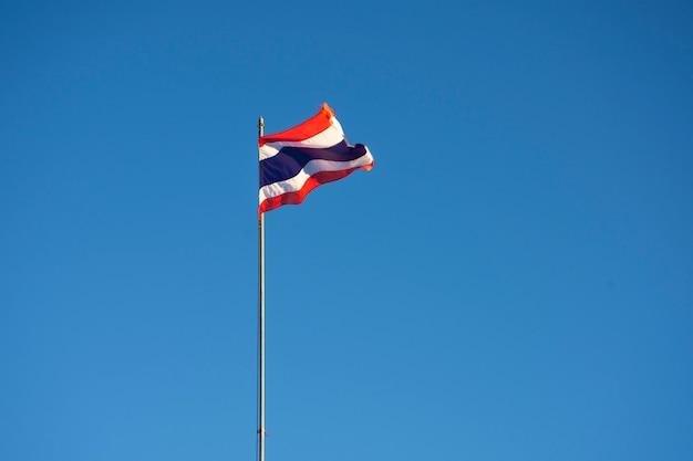 Thailändische flagge auf himmelhintergrund Premium Fotos