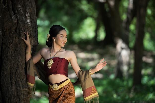Thailändische frauen mit traditionellem thai-anzug willkommen Premium Fotos