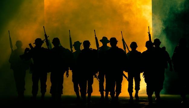 Thailändische spezialeinheiten der soldaten sorgen für volle, einheitliche gangbewegung durch rauch und das halten der waffe an der hand Premium Fotos