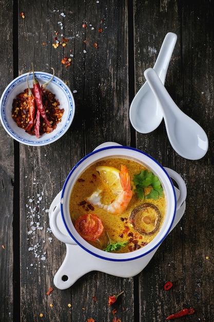 Thailändische suppe tom yam Premium Fotos