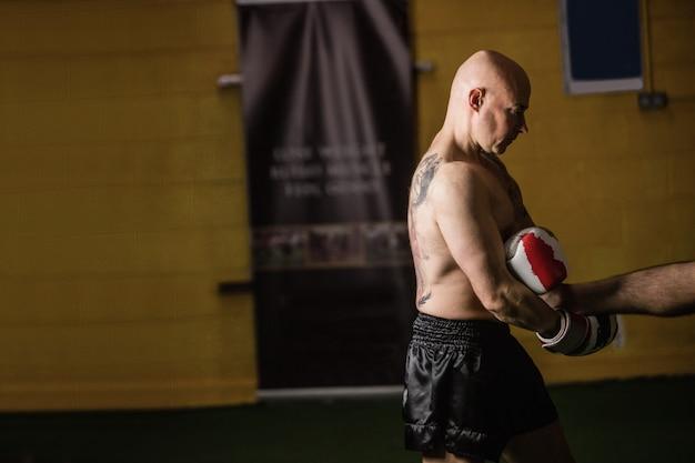 Thailändischer boxer, der das boxen übt Kostenlose Fotos