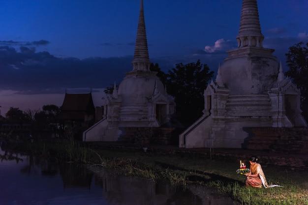 Thailändischer frauengriff krathong auf traditionellem festival loy krathong Premium Fotos