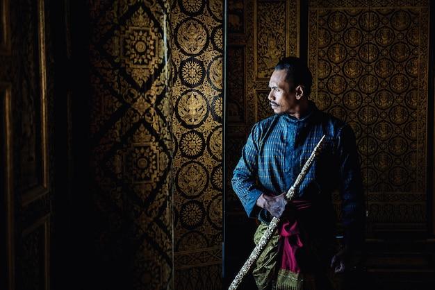 Thailändischer krieger in traditionellem an historischem park ayutthaya in ayutthaya, thailand Premium Fotos