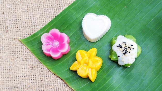 Thailändischer nachtisch auf einem bananenblatt. Premium Fotos