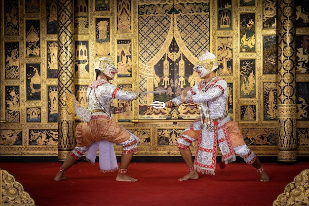 Thailändischer pantomimecharakter, der einen schönen tanz durchführt Premium Fotos