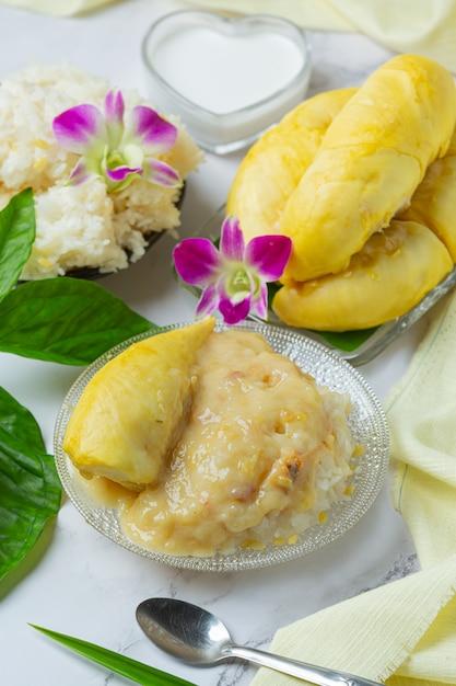 Thailändischer süßer klebriger reis mit durian in einem dessert. Kostenlose Fotos