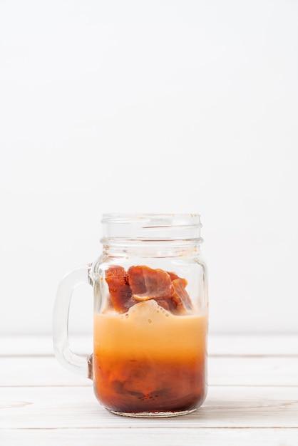 Thailändischer teeeiswürfel mit milch Premium Fotos