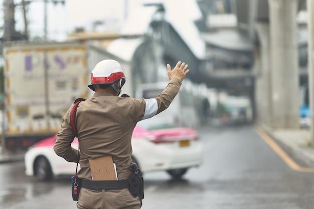 Thailändischer verkehrspolizist in der arbeitsaktion Premium Fotos