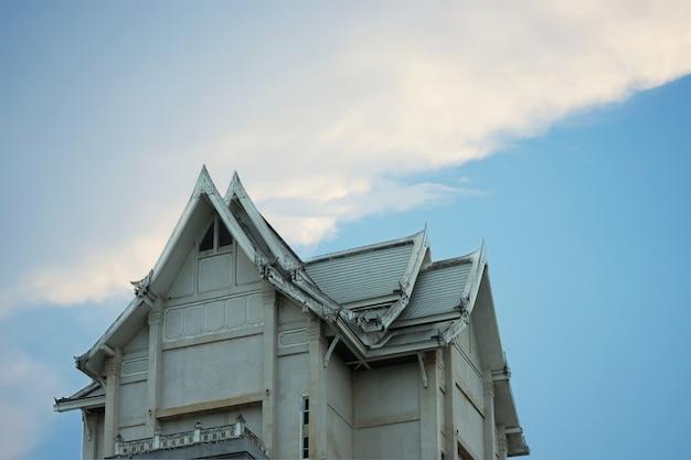 Thailändisches angeredetes gebäude oder architektur der alten weinlese auf hintergrund des blauen himmels Premium Fotos