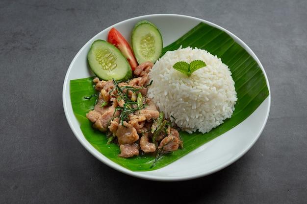 Thailändisches essen, gebratenes schweinefleisch mit kaffirlimettenblättern mit reis servieren Kostenlose Fotos