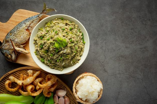 Thailändisches essen, makrelen-chili-paste, serviert mit gebratener makrele und klebreis Kostenlose Fotos