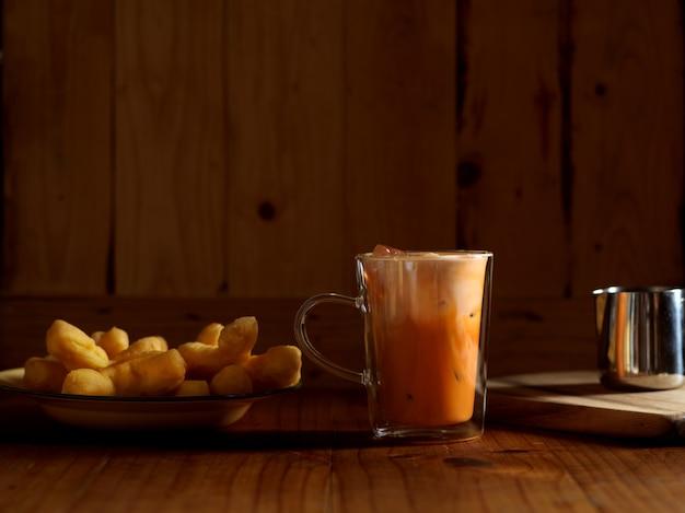 Thailändisches frühstück mit thailändischem eismilchtee und frittierten teigstangen Premium Fotos