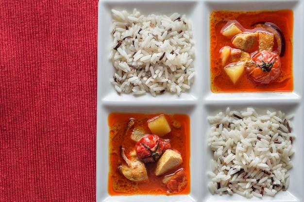 Thailändisches gelbes curry mit huhn und reis Premium Fotos