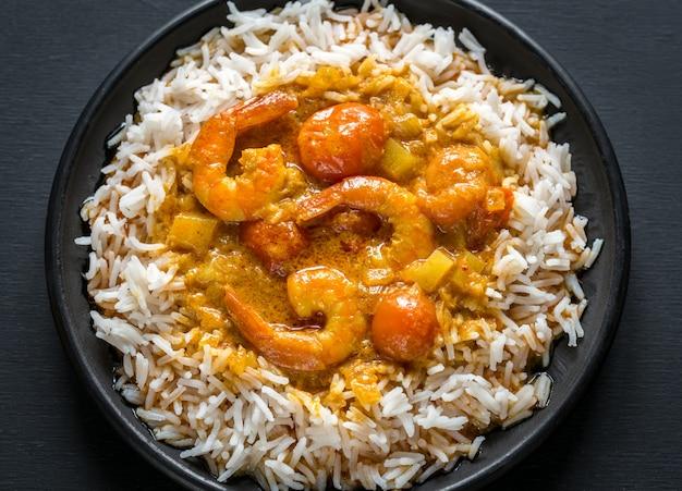 Thailändisches gelbes curry mit meeresfrüchten und weißem reis Premium Fotos