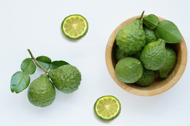 Thailändisches kraut der frischen grünen bergamotte für badekurort Premium Fotos