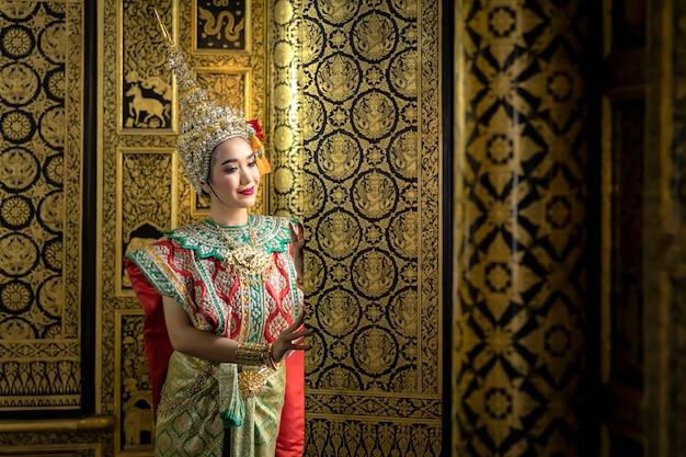 Thailändisches mädchen im traditionellen thailändischen kostüm, identitätskultur von thailand. Premium Fotos