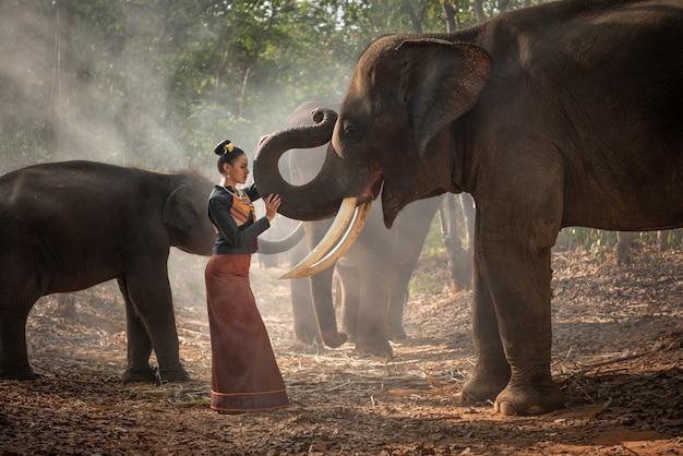 Thailändisches schönes mädchen mit elefanten Premium Fotos