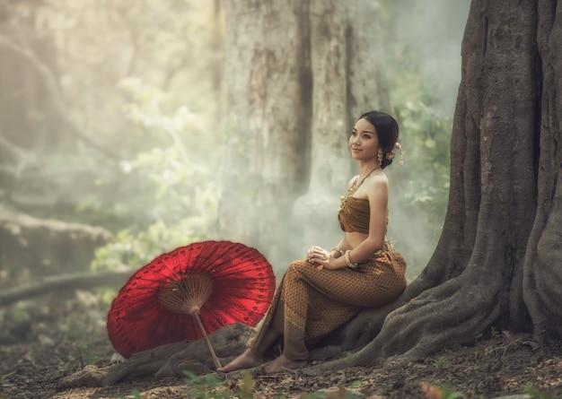Thailändisches traditionelles kleid; asiatische frau, die typisch trägt Premium Fotos