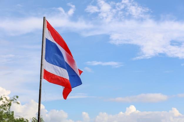 Thailand flagge auf holzpfahl haben himmel hintergrund Premium Fotos