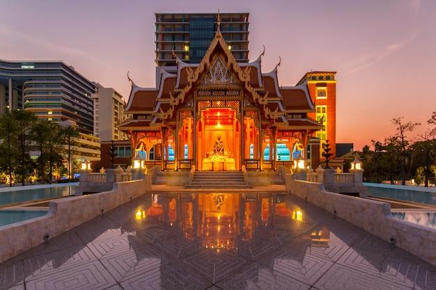Thailand-pavillon an der zeit siriraj-krankenhauses in der dämmerung, thailand Premium Fotos