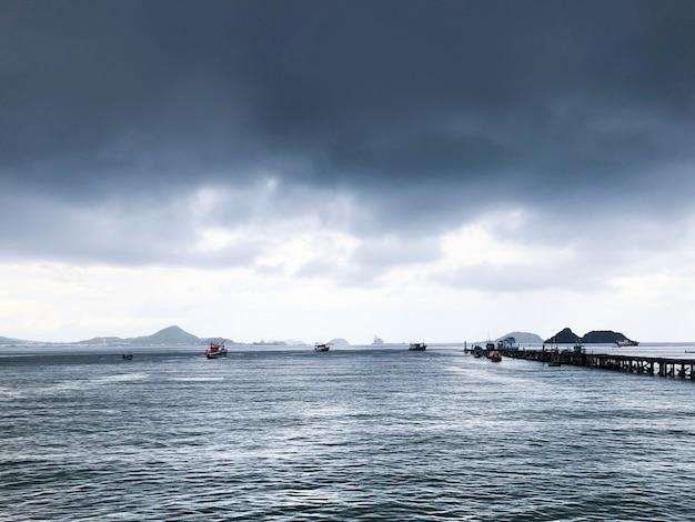 Thailand-seeboot mit landschaft des bewölkten himmels Premium Fotos