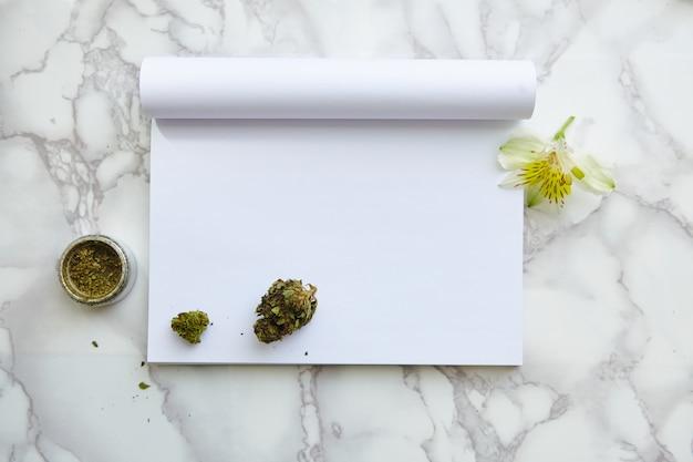 Thc / cbd cannabis blume und gelenk auf zeichenblock Kostenlose Fotos