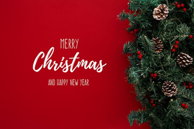 Thema der frohen weihnachten auf einem roten hintergrund mit weihnachtsbaum Kostenlose Fotos