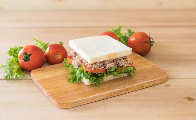 Thunfisch-sandwich auf holz Kostenlose Fotos