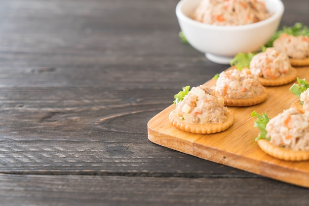 Thunfisch verbreitet mit cracker Kostenlose Fotos
