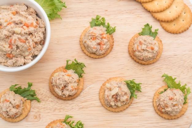 Thunfischsalat mit cracker Kostenlose Fotos