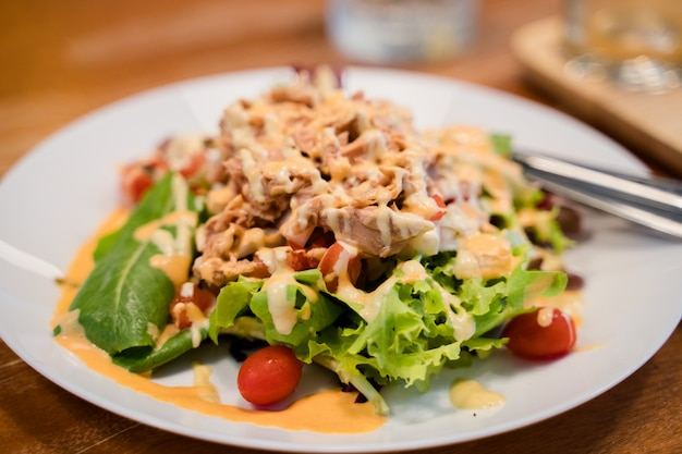 Thunfischsalat mit verschiedenen gemüse Premium Fotos