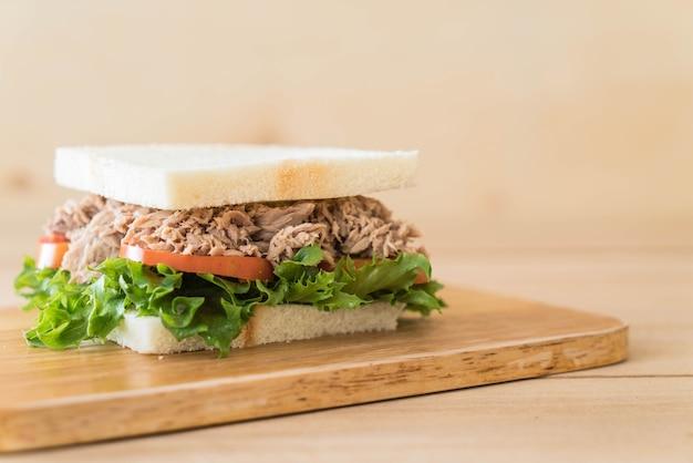 Thunfischsandwich auf holz Premium Fotos