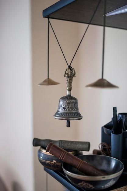 Tibetische instrumente für musikmeditation und silberne glocke hängen mit einer schnur Premium Fotos