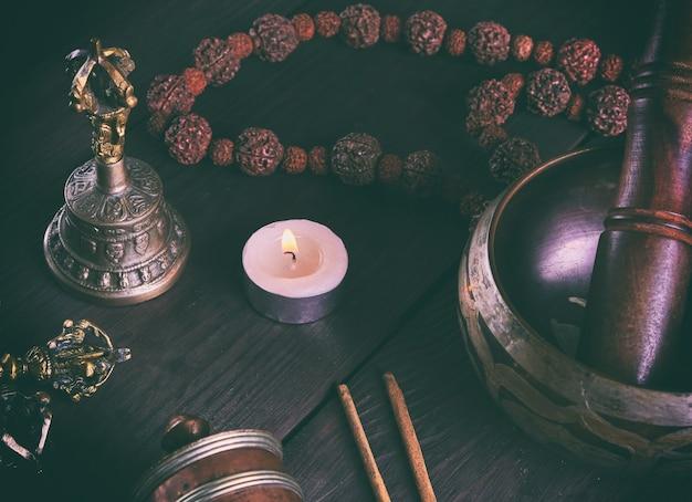 Tibetische religiöse objekte für meditation und alternativmedizin Premium Fotos