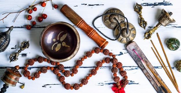 Tibetische religiöse objekte zur meditation Premium Fotos