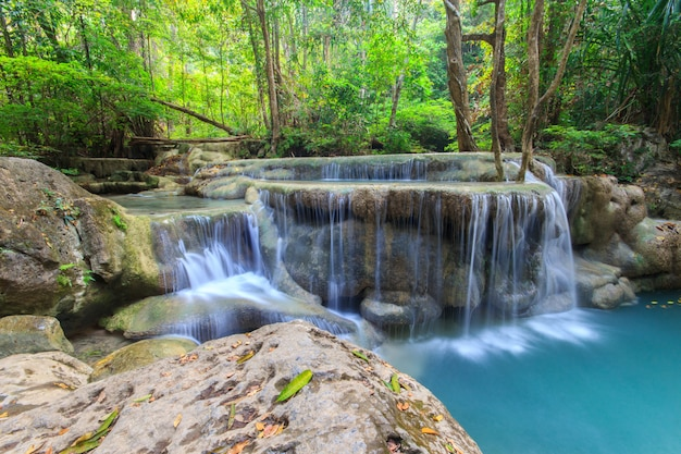 Tiefer waldwasserfall am erawan-wasserfall nationalpark kanchanaburi thailand Premium Fotos