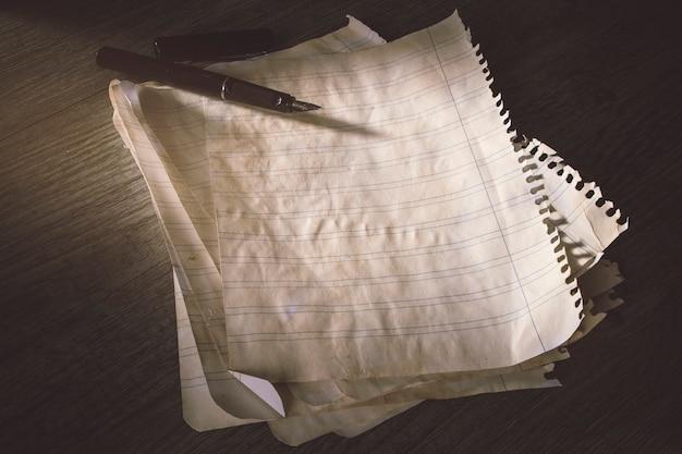 Tintenschreiber auf altem liniertem papier Kostenlose Fotos
