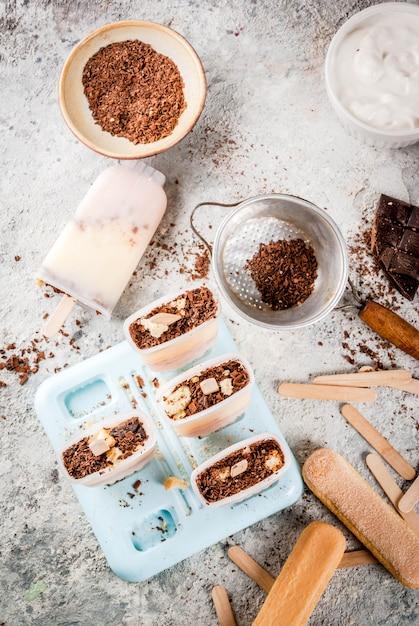 Tiramisu eis am stiel. gelato knallt mit italienischen savoiardi plätzchen Premium Fotos