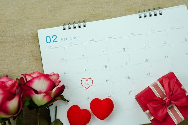 Tisch-draufsicht-antenne des dekorations-valentinstagfeiertags-hintergrundkonzepts. Premium Fotos
