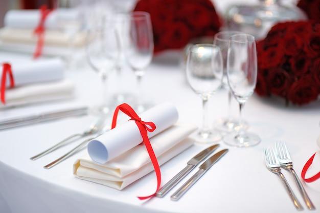 Tisch für eine veranstaltung party oder hochzeitsfeier Premium Fotos