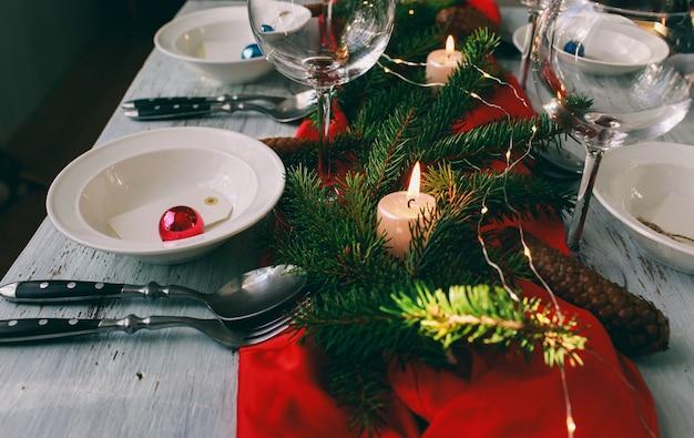 Tisch serviert zum weihnachtsessen im wohnzimmer. nahaufnahme, tabelleneinstellung. winterdekorationen. Premium Fotos