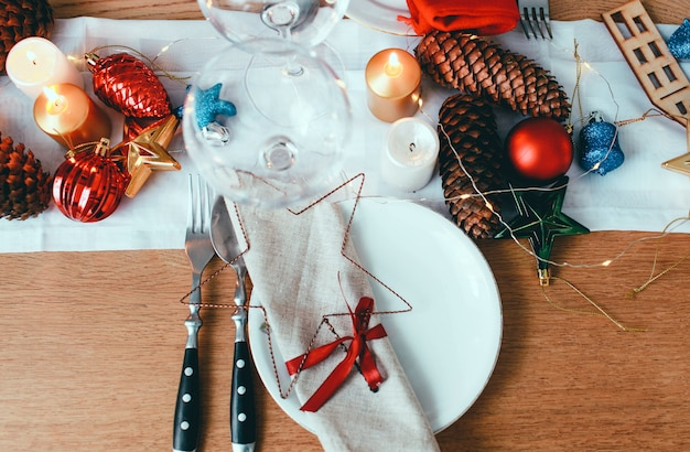Tisch serviert zum weihnachtsessen im wohnzimmer Premium Fotos