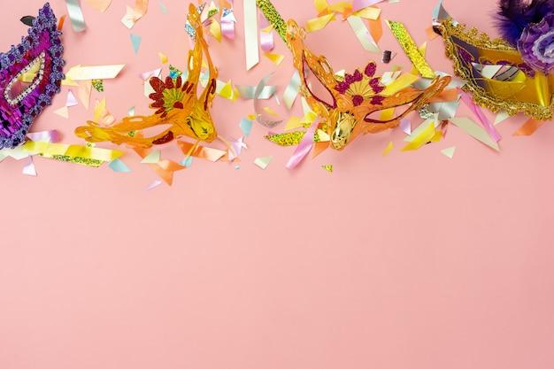 Tischansicht antenne der schönen bunten karnevalssaison oder fotoautomatenstütze karnevalhintergrund. Premium Fotos