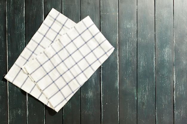 Tischdecke auf schwarzem holztisch Premium Fotos