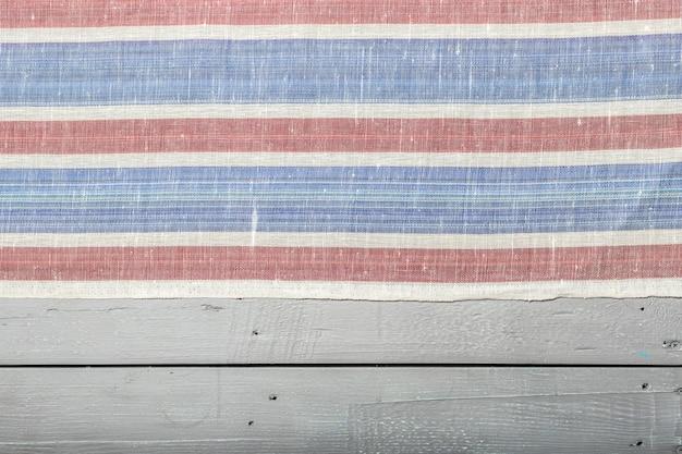 Tischdeckengewebe auf hölzernem hintergrund Premium Fotos