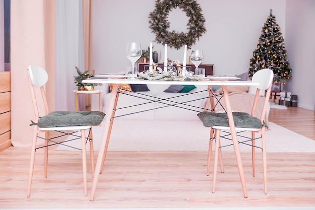 Tischdekoration in einem weihnachtlich dekorierten raum Premium Fotos