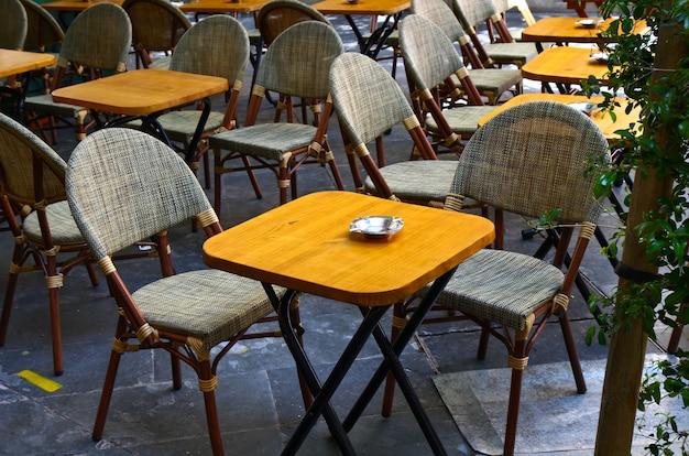 Tische mit barstühlen im freien Premium Fotos
