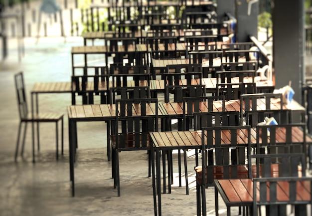 Tische und stühle in restaurants Premium Fotos